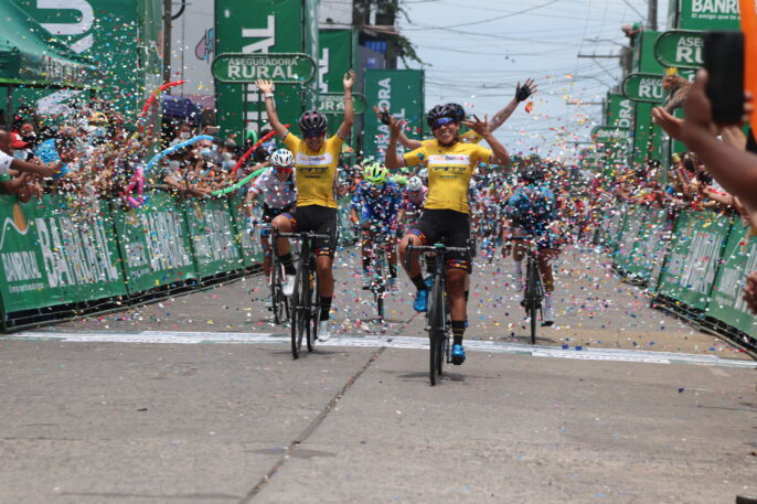 Colombia Tierra de Atletas domina primera etapa de la Vuelta Femenina, Yeny Colmenares es la primera líder.